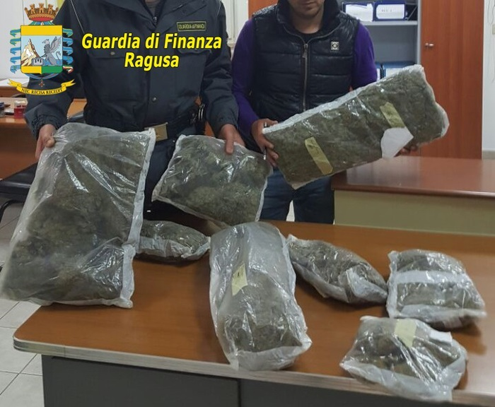 Pozzallo,  arrestato con 8 chili di marijuana all'imbarco per Malta