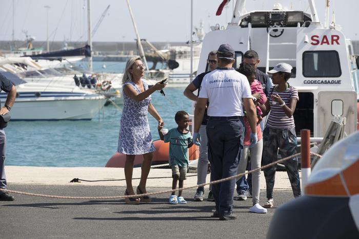 Pozzallo, sbarcatie donne e bambini: gli altri restano sulle navi di Frontex