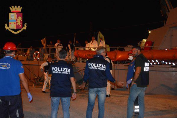 Novanta migranti scortati dalla  Guardia di Finanza nel porto di Pozzallo