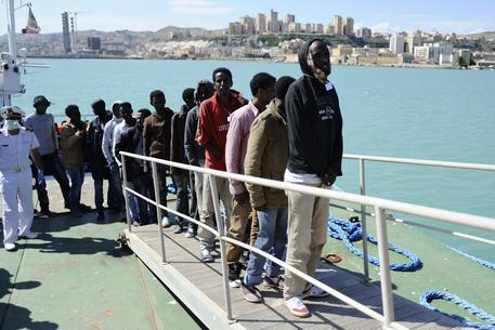Arrivati al porto di Pozzallo 148 migranti, un senegalese portato in ospedale