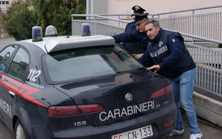 Pozzuoli, perseguita e picchia l'ex: i cittadini lo fanno arrestare
