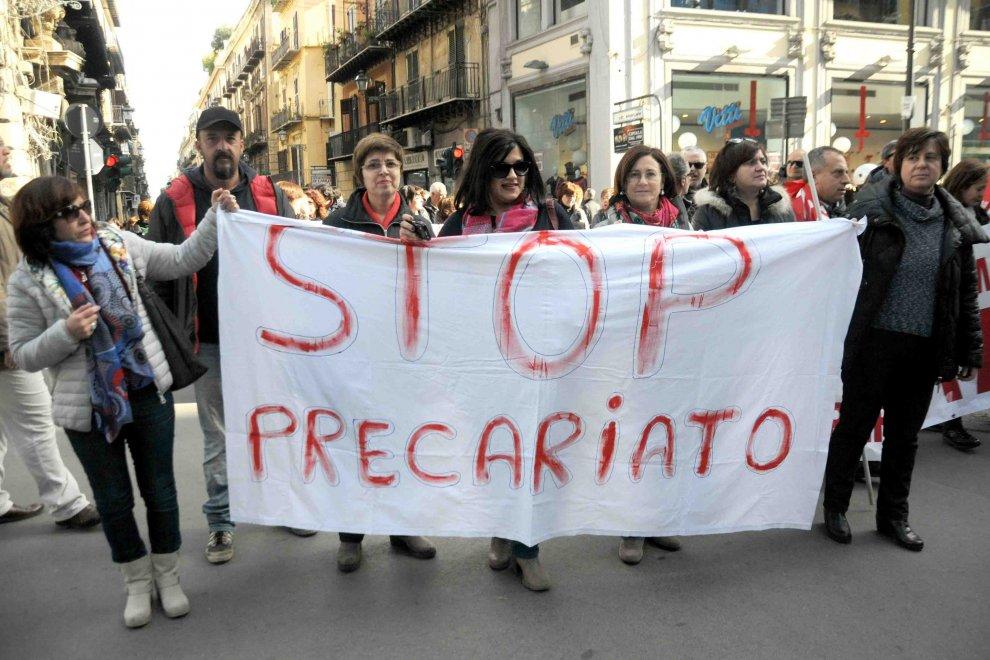 Migliaia di precari in piazza a Palermo: chiedono un incontro con il governo
