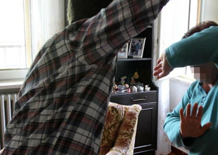 Prende a pugni la madre per avere soldi per la droga, arresto a Marsala
