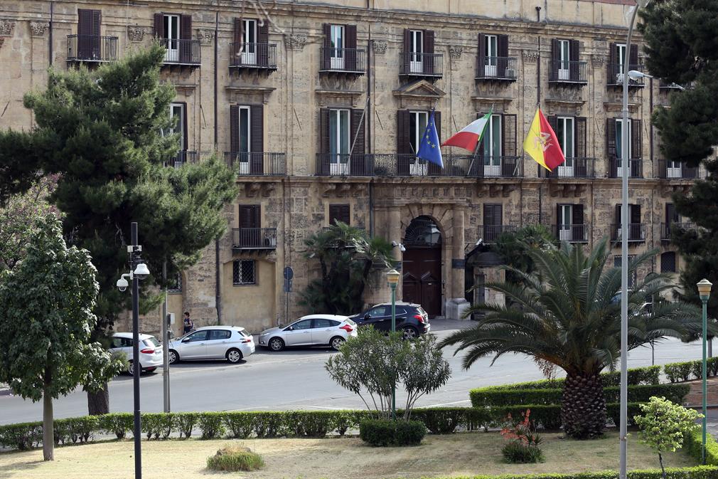 Palermo, promozioni in massa per 1400 dipendenti regionali