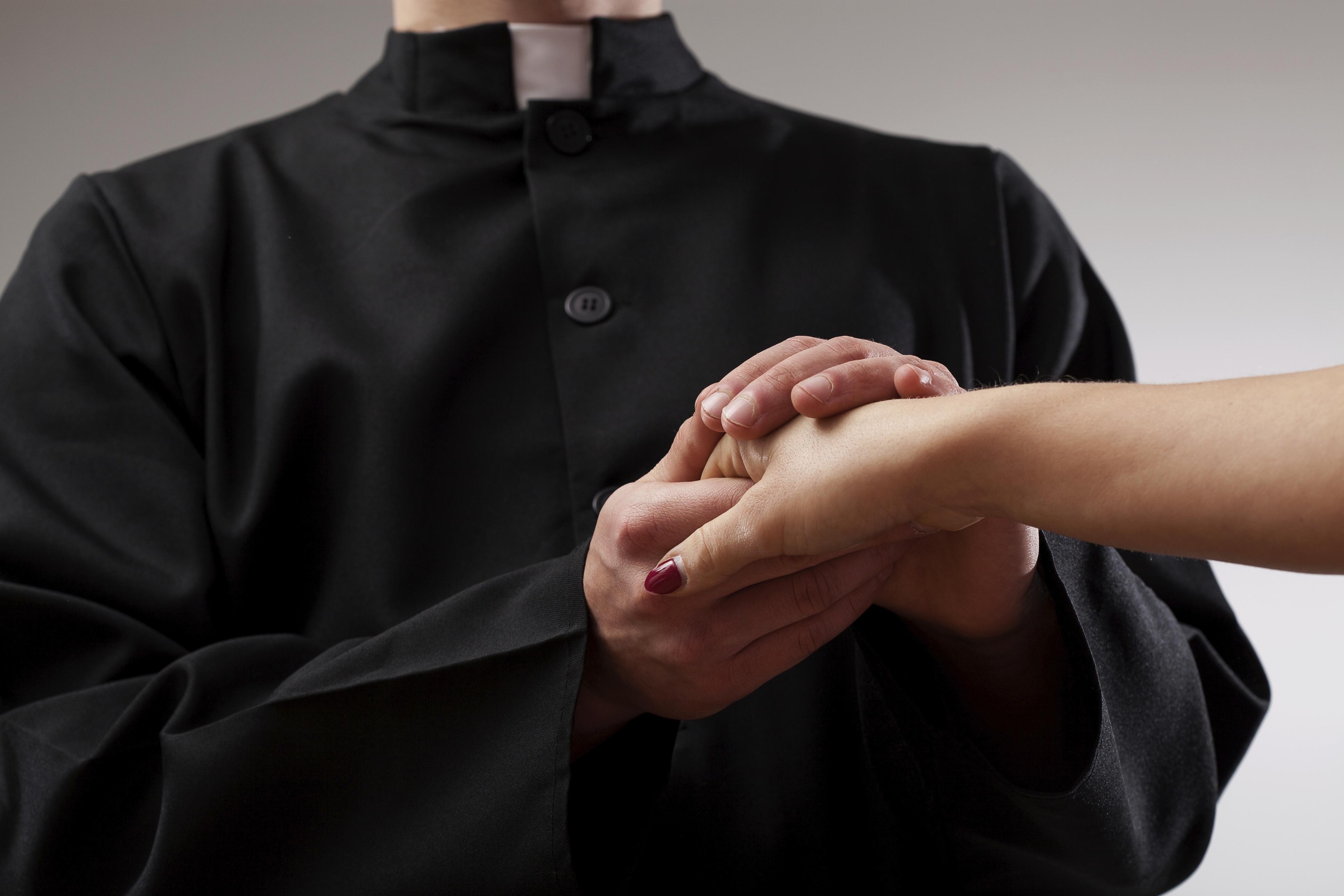 Siracusa, prete a giudizio per violenza sessuale su un minorenne