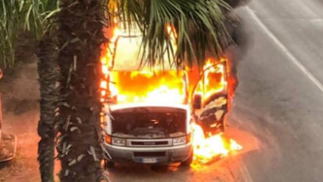 Priolo, in fiamme nella notte  un 'Iveco Daily' in via Edison