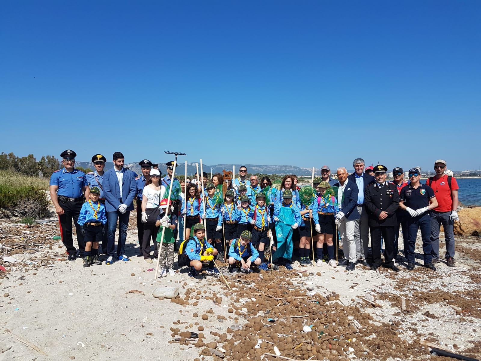 Pure i carabinieri ripuliscono una spiaggia di Priolo