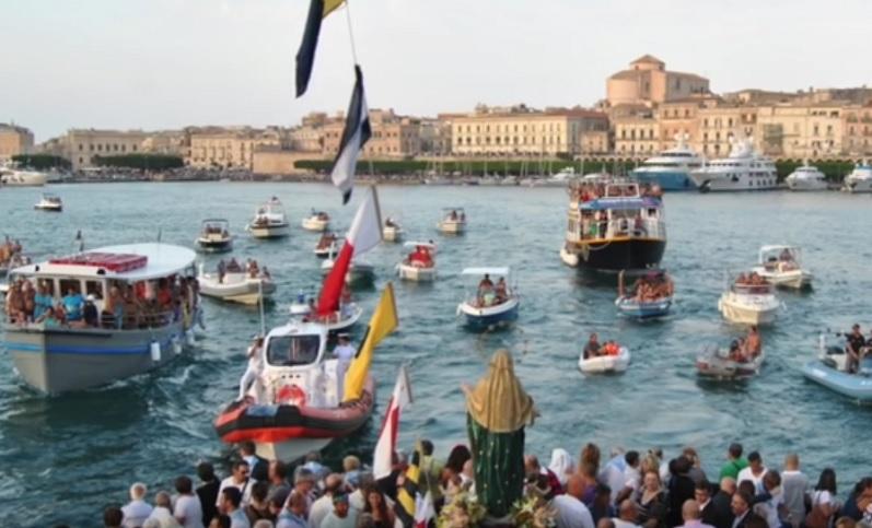 Processione in mare a Siracusa per la festa dell'Assunta