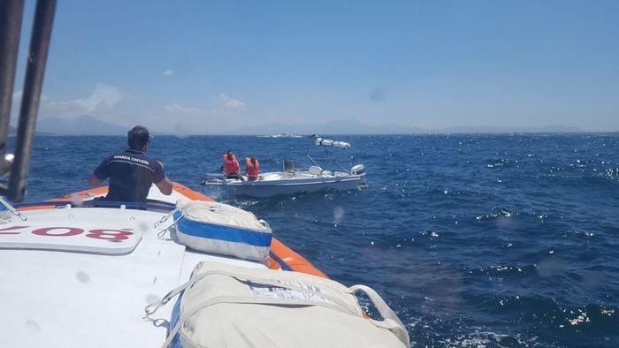 Barca affonda a Procida, la Capitaneria salva padre e figlia di 10 anni