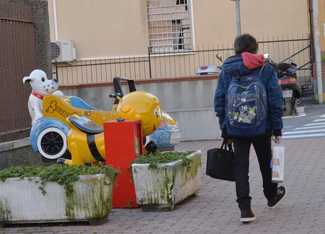 Prof chiede la sospensione di un alunno a Taranto, picchiato