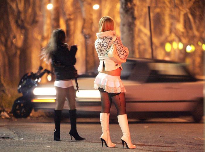 Seminudo in auto con una prostituta: gli sequestrano pure l'auto a Firenze