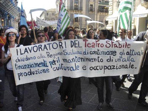 Catania, I lavoratori dello Stabile restano riuniti in assemblea permanente