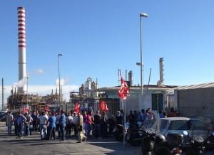 I metalmeccanici della Comes di Priolo bloccano le portinerie di Lukoil e Versalis