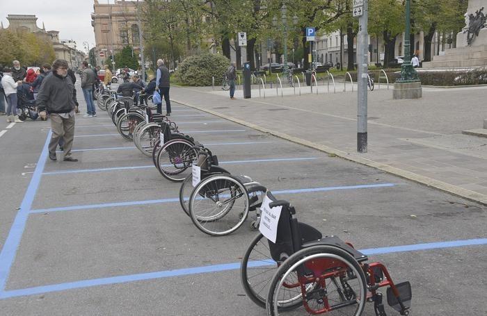 Palermo, i disabili tornano in piazza: