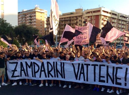 Non si ferma la protesta dei tifosi del Palermo: chiesto l'intervento del sindaco