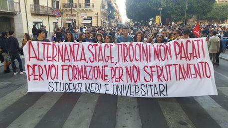 """Palermo, studenti in protesta contro """"le politiche predatorie"""""""