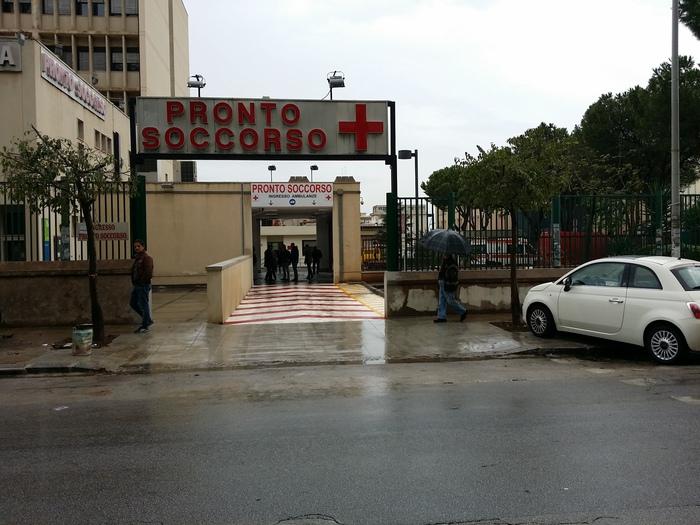 Palermo, cade dal terzo piano per recuperare una pendrive: è grave