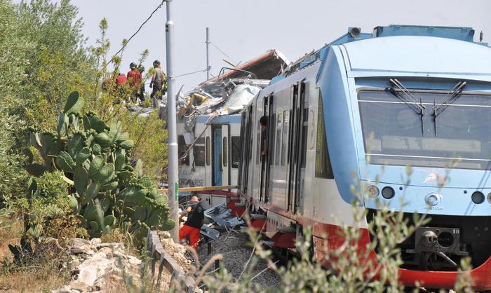 Scontro fra due treni in Puglia, 27 morti e 50 feriti