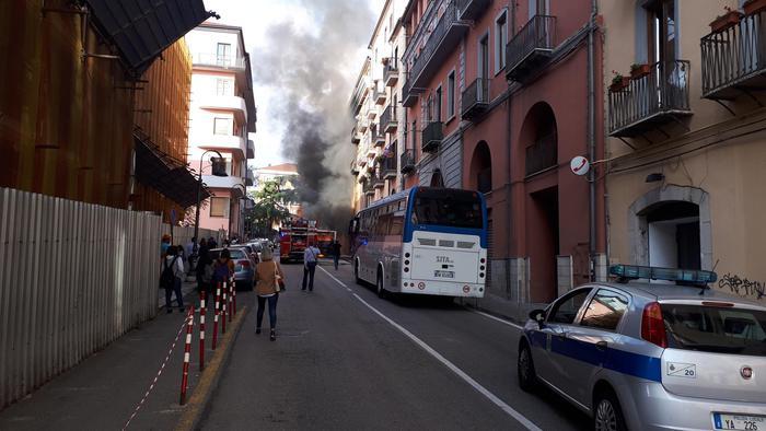 Bus urbano in fiamme a Potenza: danneggiate pure auto in sosta