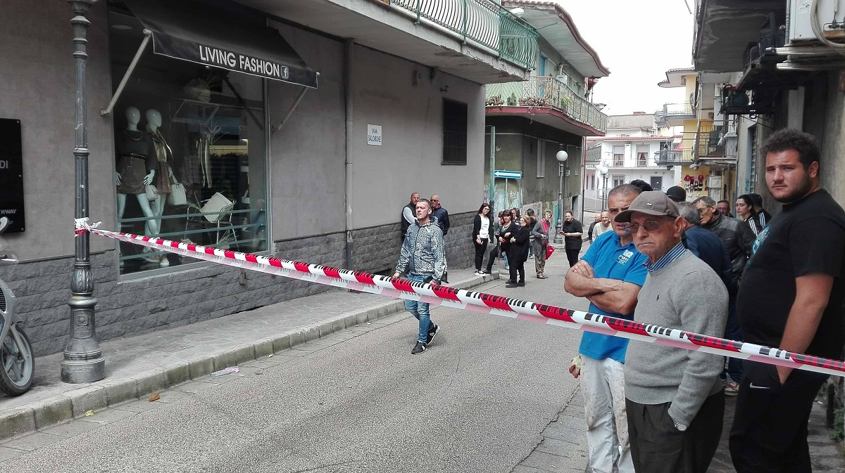 Disabile uccide la madre nel Napoletano, barricato in casa