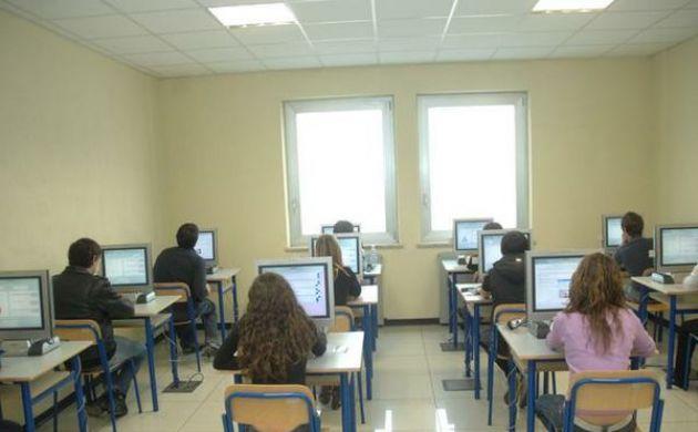 Patenti facili: segnalati due stranieri durante gli esami a Cosenza