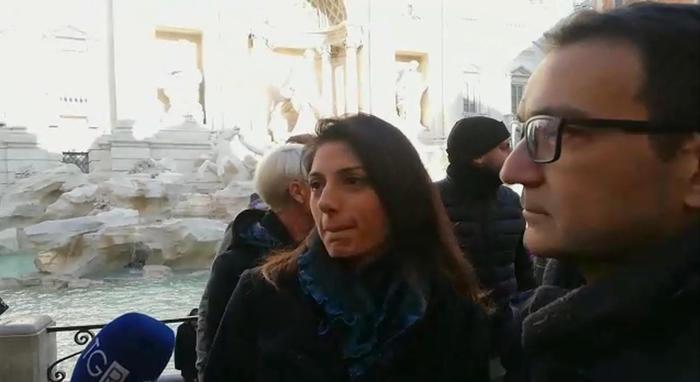 "Sindaca di Roma a Fontana di Trevi: ""Via le bancarelle dai monumenti"""