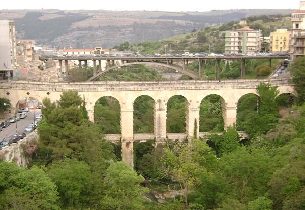 Ragusa, voleva lanciarsi dal Ponte Vecchio: salvato da un Carabiniere