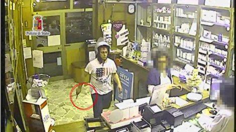 Rapina due farmacie con gli stessi vestiti: riconosciuto e arrestato