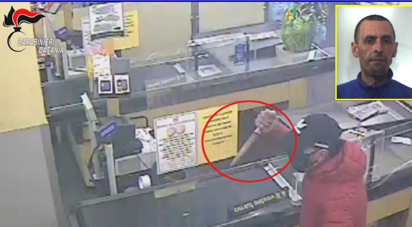 Paternò, compie una rapina in un supermercato: braccato, si  costituisce