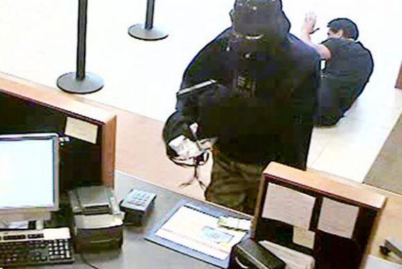Rapine in banca, dipendenti e clienti immobilizzati: sgominata la banda, sei arresti