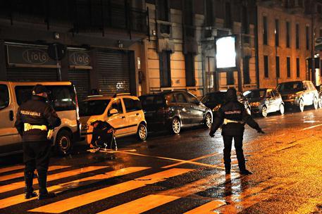 Napoli, gli rubano lo scooter e lo feriscono a una gamba: indagini
