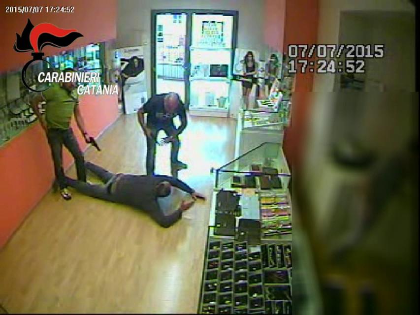 Aci Castello, gioielliere ferito in una rapina: tre arresti