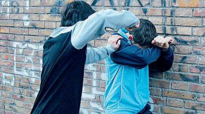 Palermo, 3 ragazzini rapinati del telefonino  e 20 euro da loro coetanei