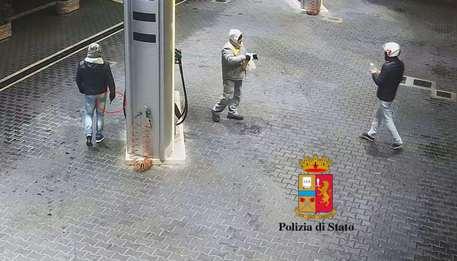 Otto assalti a un distributore di Palermo, due persone arrestate