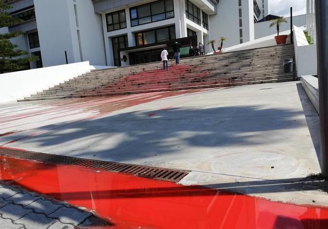 Raid nel Palazzo del Consiglio regionale a Reggio Calabria: sparsa vernice rossa