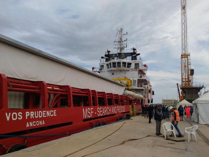 Giunta nel porto di Reggio Calabria nave con 649 migranti