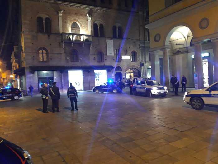 Sparatoria nel centro storico di Reggio Emilia, 5 feriti: preso l'autore