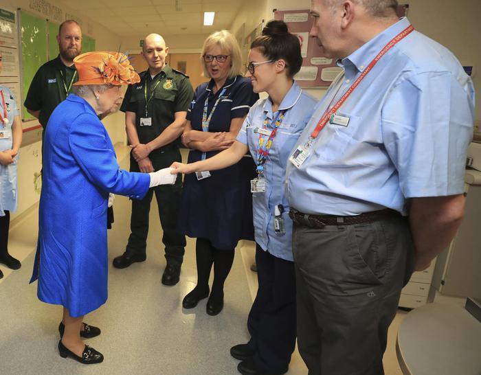 Manchester, 8 fermi: la Regina fa visita ai feriti