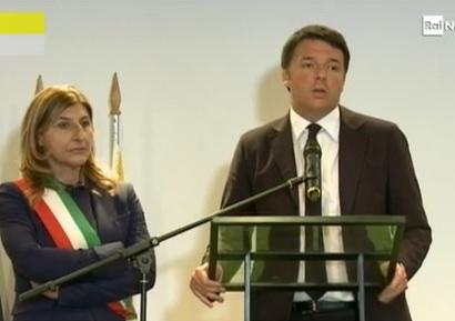 """Renzi a Lampedusa elogia la sindaca: """"Questa è porta d'Europa"""""""