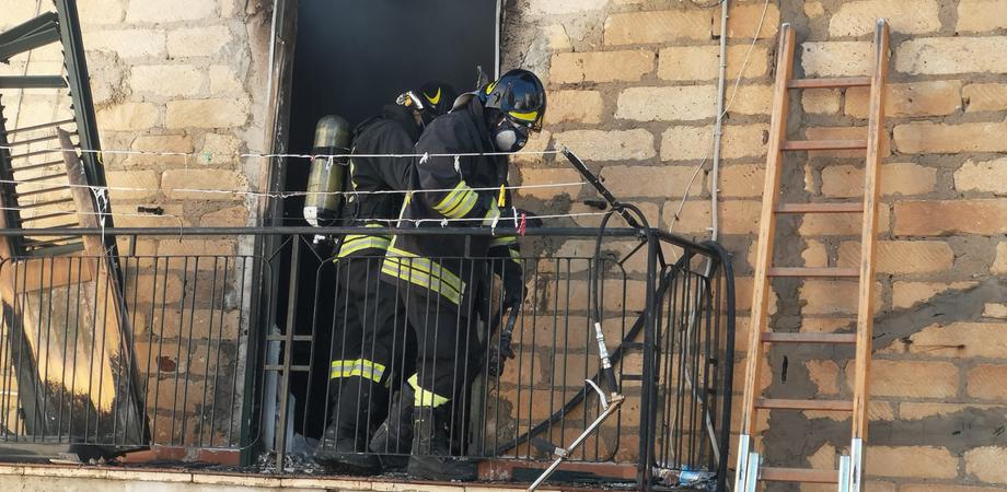 Appartamento in fiamme a Riesi, si salvano una donna i 2 figli e un gatto