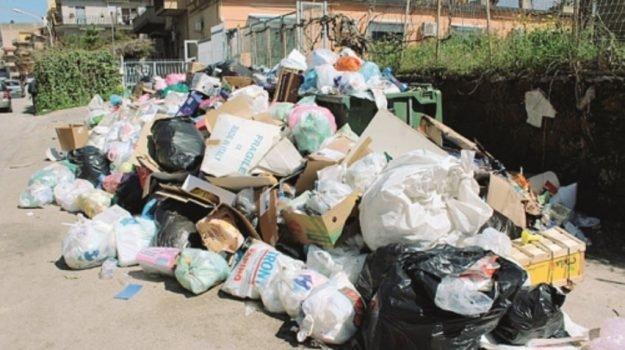 Sciopero dei netturbini a Canicattì, immondizia in mezzo alla strada