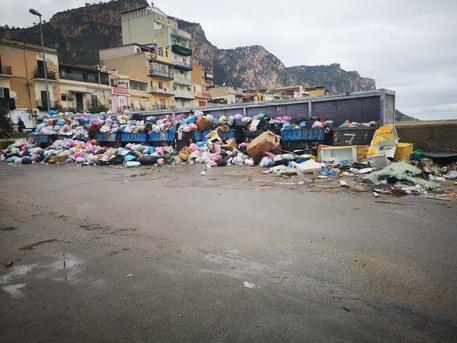 """Rifiuti Palermo, M5s: """"Grave la situazione all'Arenella"""""""
