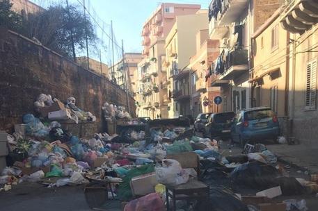 Rifiuti, ancora cumuli di immondizia nella periferia di Palermo