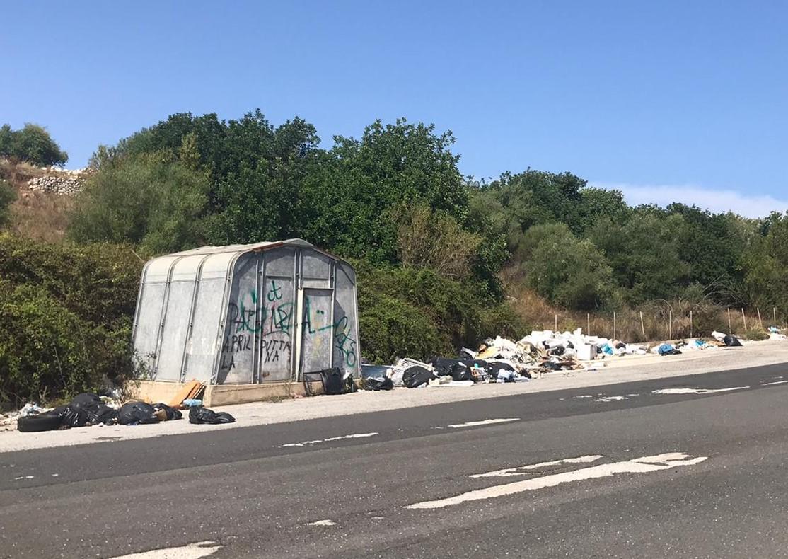 Ragusa, rifiuti abbandonati in periferia: protesta il consigliere Giovanni Gurrieri