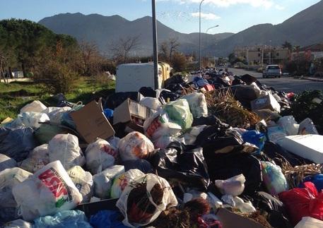 Rifiuti, 50 comuni al collasso in Sicilia: è protesta