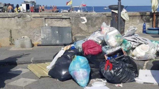 Emergenza rifiuti in 4 isole delle Eolie, arcipelago sommerso dalla spazzatura