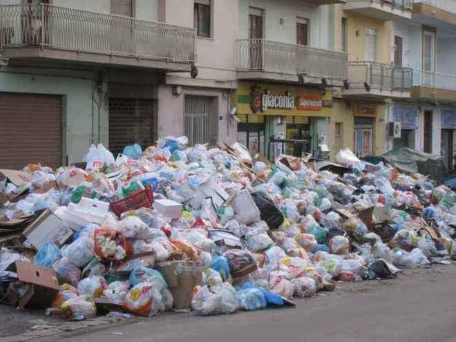 """Caos Rifiuti in Sicilia, M5s: """"Il governo ragionale bluffa"""""""