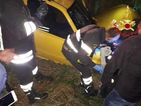 Rimane incastrato nell'auto, soccorso dai pompieri nel Vibonese
