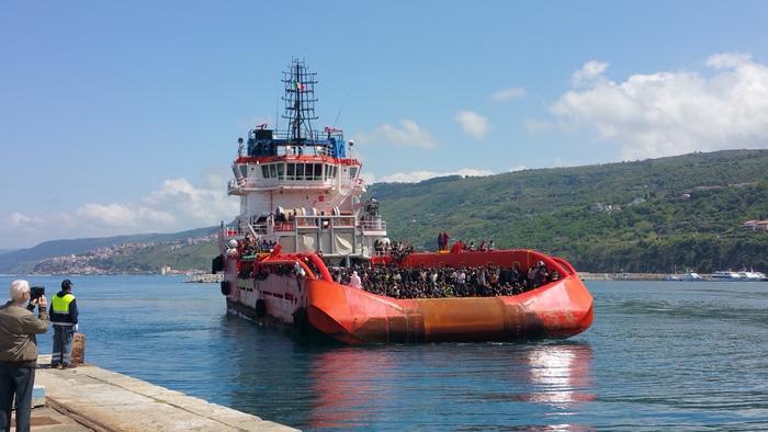 Giunta a Vibo una nave con 1600 migranti a bordo: molti i minori