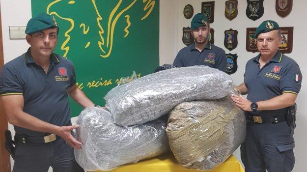 Palermo, più di 27 chili di droga e una pistola: arrestato